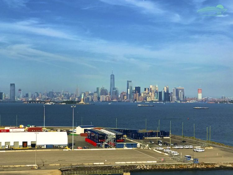 Blick vom Balkon mit Skyline Manhattan und Freiheitsstatue