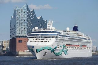 Norwegian Jade an der Elbphilharmonie in Hamburg / © Norwegian Cruise Line