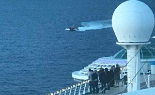 Ein Rettungsboot kommt der Freedom of the Seas zur Hilfe