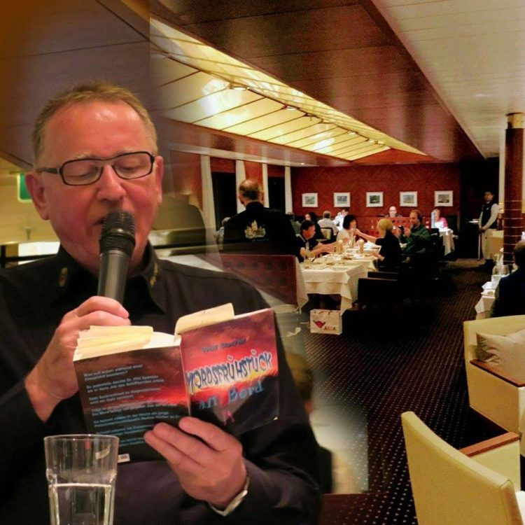"""Der Autor """"Wolf Stachel"""" bei der Lesung auf AIDAvita / © Privat"""