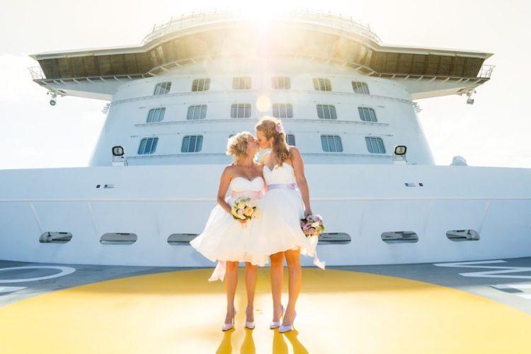 Das lesbische Ehepaar an Bord der Mein Schiff nach der Trauung / © TUI Cruises