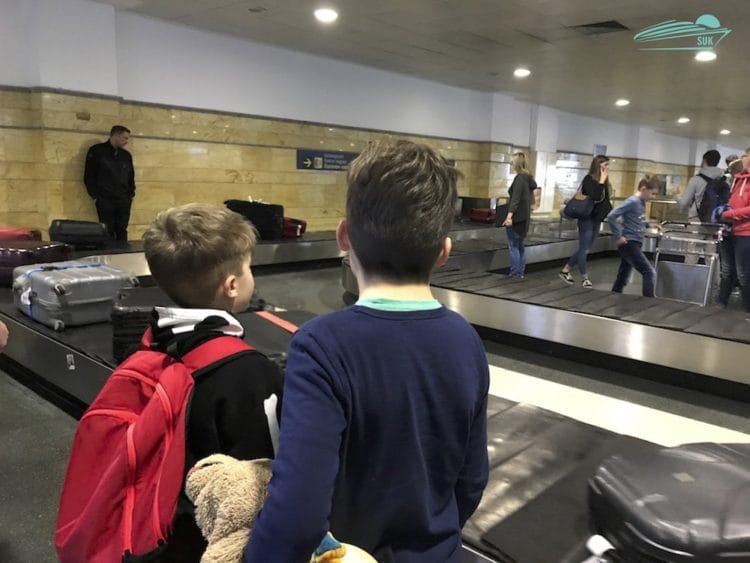 Warten auf die Koffer
