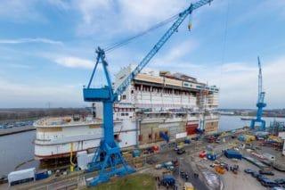 Das Heck der AIDAnova liegt noch im Werftbecken der Werft / © Meyer Werft