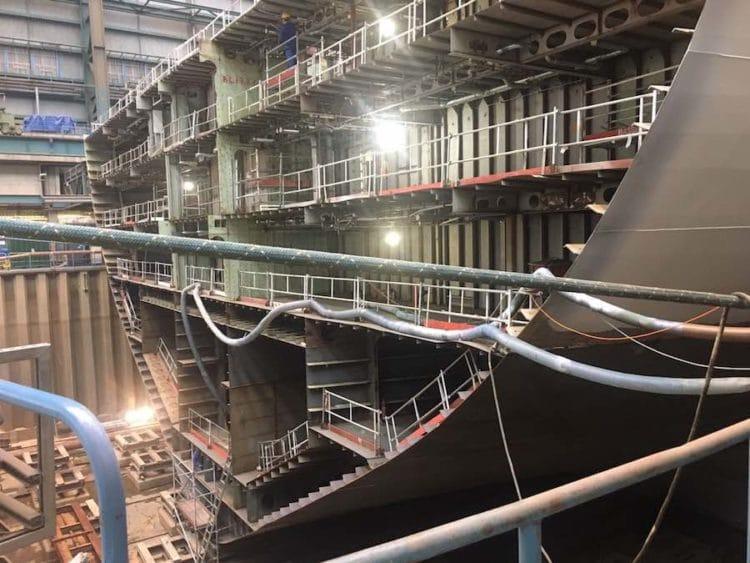 Das Mittelstüpck der AIDAnova liegt im Baudock - hier wird noch der Bug montiert
