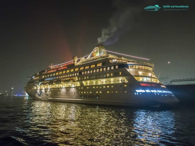 AIDAcara bei ihrer Ankunft nach der Weltreise in Hamburg