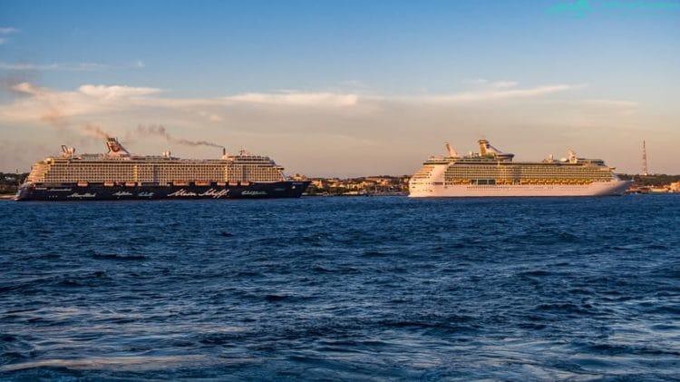 Dein Schiff 3 und Navigator of the Seas vor Curacao