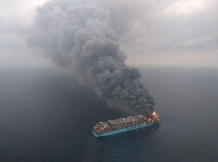 Luftbild der brennenden Maersk Honam vom Aufklärungsflugzeug der indischen Marine / © India Marine - India Coast Guard