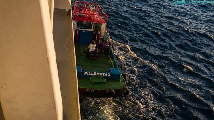 Lotse bringt die Gäste an Bord der AIDAdiva vor Curacao