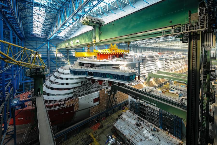 Der Stahlbau von AIDAnova ist beendet - heute wurde die Brücke aufgesetzt / © AIDA Cruises