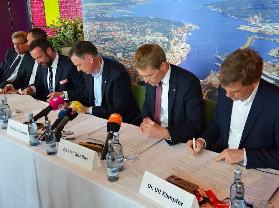 Die Vertragsunterzeichnung / © Seehafen Kiel