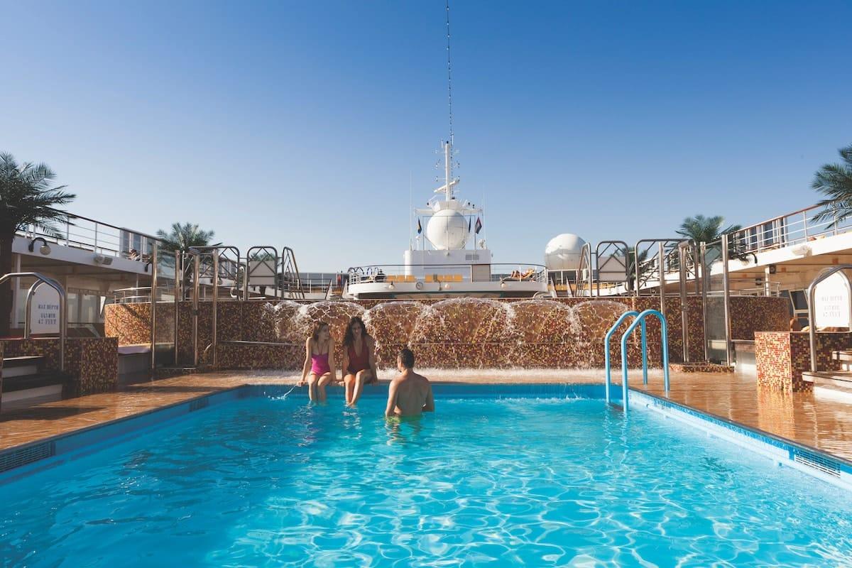 Großer Pool auf der AIDAmira Theater der AIDAmira (Cosa neoRiviera) / © Costa Kreuzfahrten