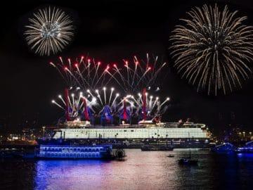 Taufe der neue Mein Schiff 1 in Hamburg - großes Feuerwerk / © TUI Cruises