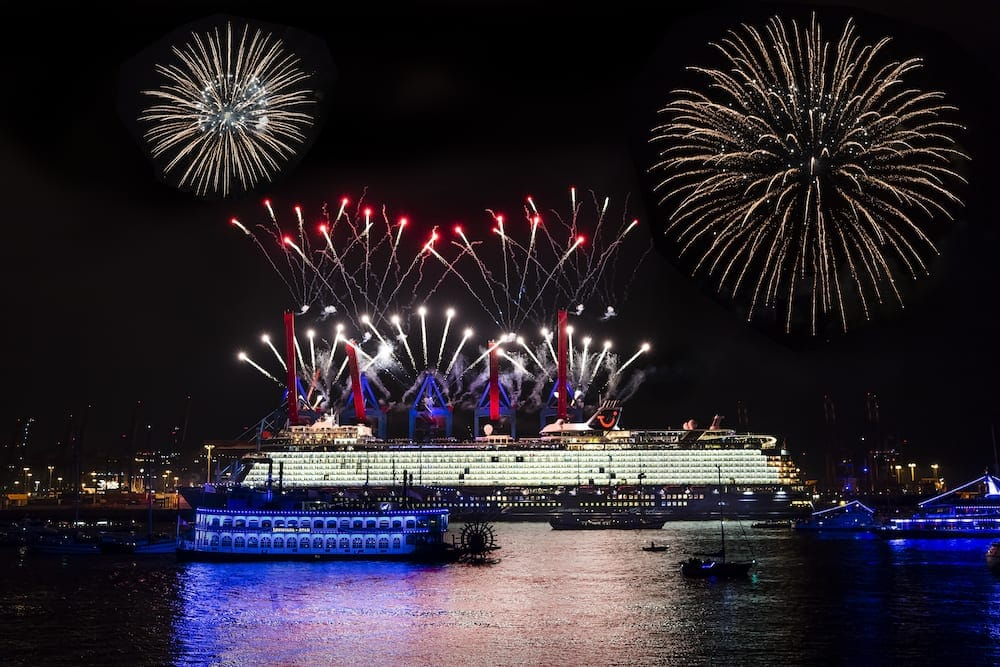 Taufe der neue Mein Schiff 1 in Hamburg - großes Feuerwerk / © Andreas Vallbracht für TUI Cruises