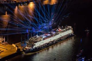 Carolin Niemczyk tauft die Neue Mein Schiff 2 / © TUI Cruises / © Andreas Vallbracht