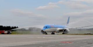 Dreamliner mit Costa Gästen bei der Landung in Rostock-Laage / © Costa Kreuzfahrten, Flughafen Rostock