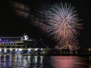 AIDAaura startete mit einem großen Feuerwerk auf ihre erste Weltreise