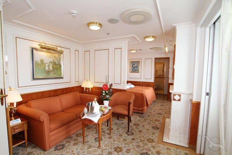 MS Deutschland: 2-Bett Hochzeits-Suite mit Balkon / ©Phoenix Reisen