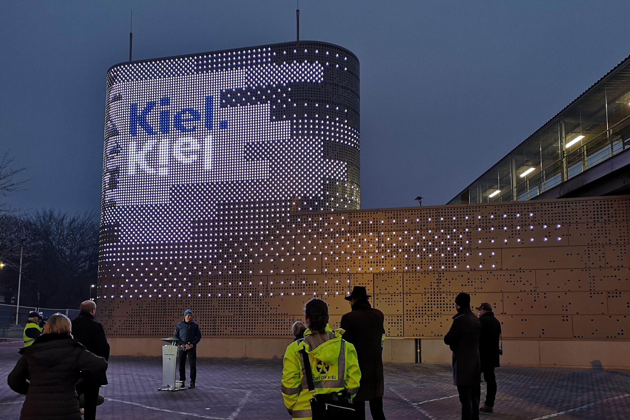 Vorstellung der LED-Fassade der Landstromanlage / © Port of Kiel
