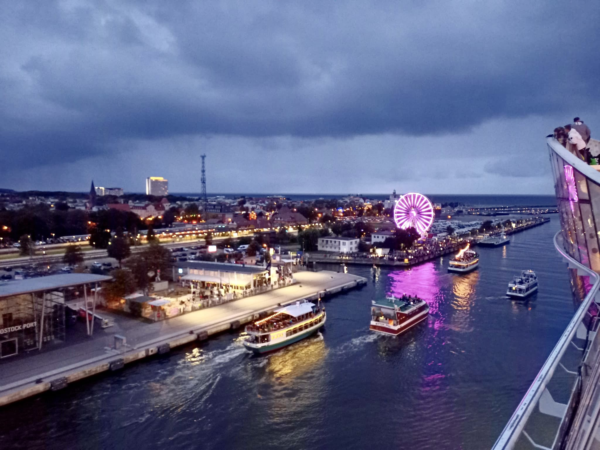 AIDAdiva beim Auslaufen in Warnemünde /© AIDA Cruises