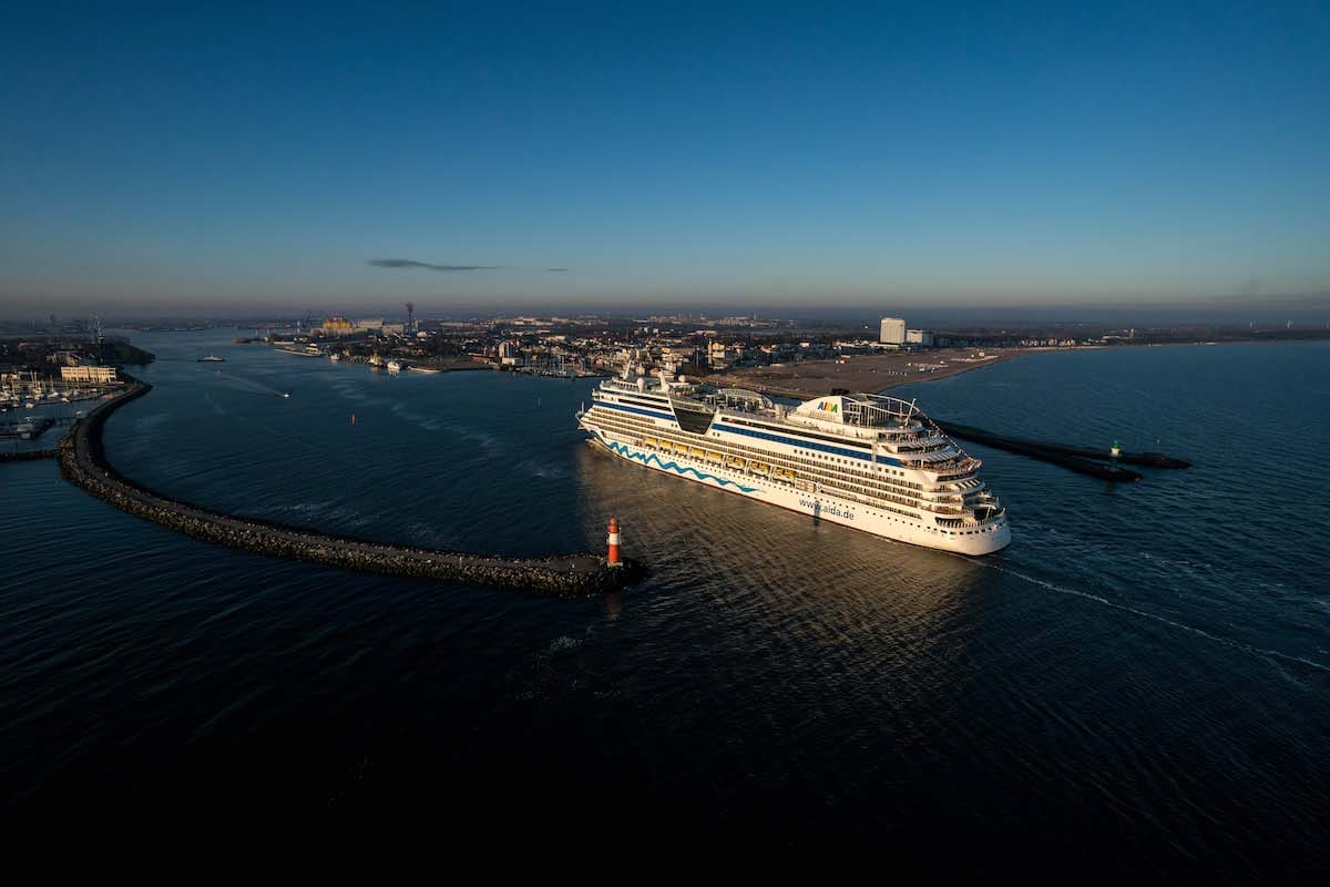 AIDAdiva beim Einlaufen in Warnemünde / © AIDA Cruises