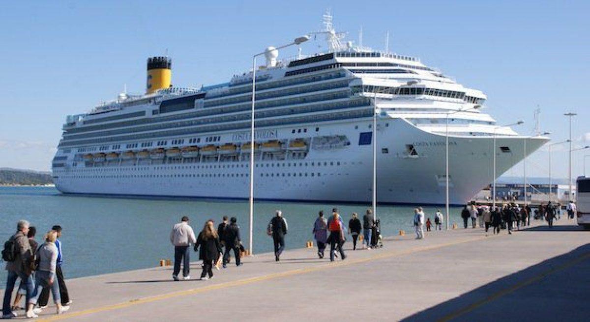 Costa Favolosa an der Pier in Katakalon