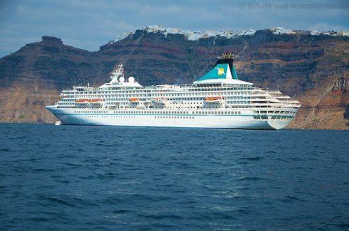 MS Artania vor Santorini