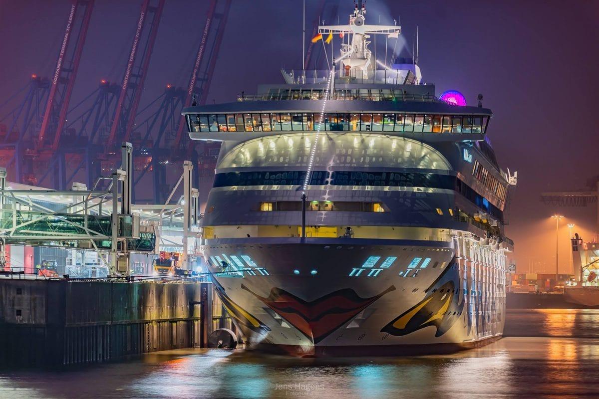 AIDAaura in Hamburg / © Jens Hagens