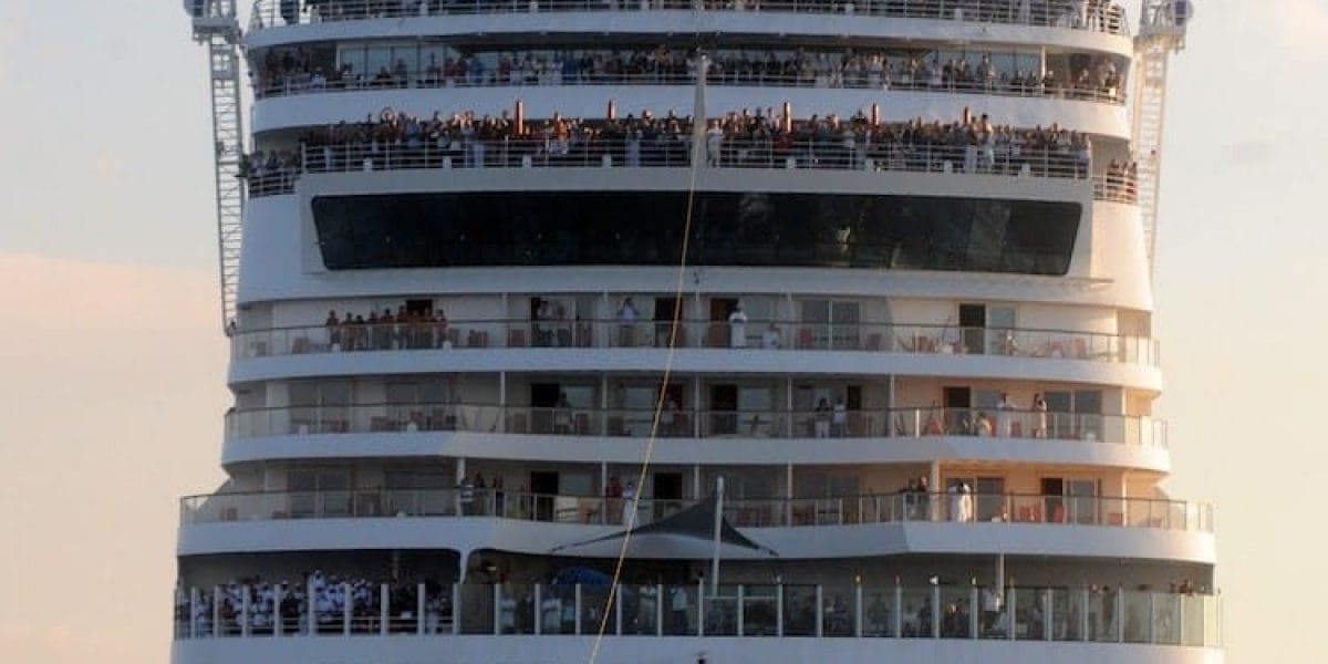 AIDAbella zieht Wasserskifahrer / © AIDA Cruises