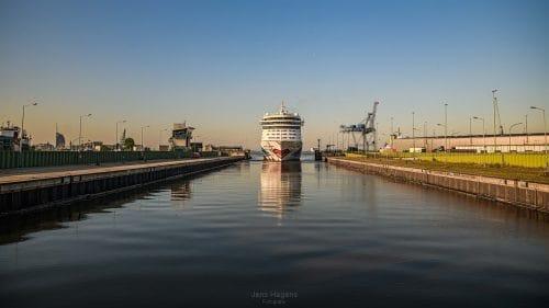 AIDAdiva in Bremerhaven / © Jens Hagens