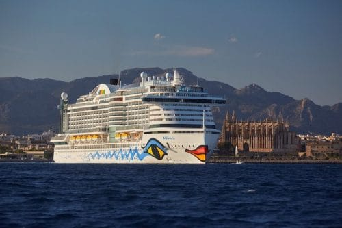 AIDA testet die Ausgabe von 0,5 Liter Wasserflaschen / © AIDA Cruises