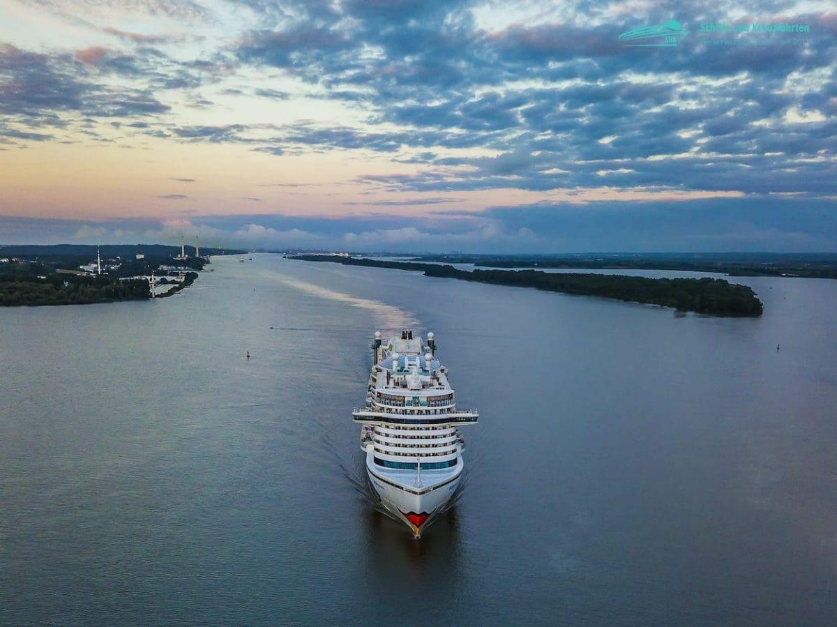AIDAprima - das AIDA Flaggschiff auf der Elbe in Hamburg
