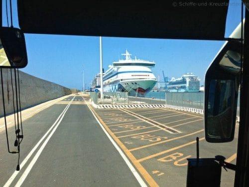 AIDAvita - Blick aus dem Celebrity-Bus im Hafen von Civitavecchia