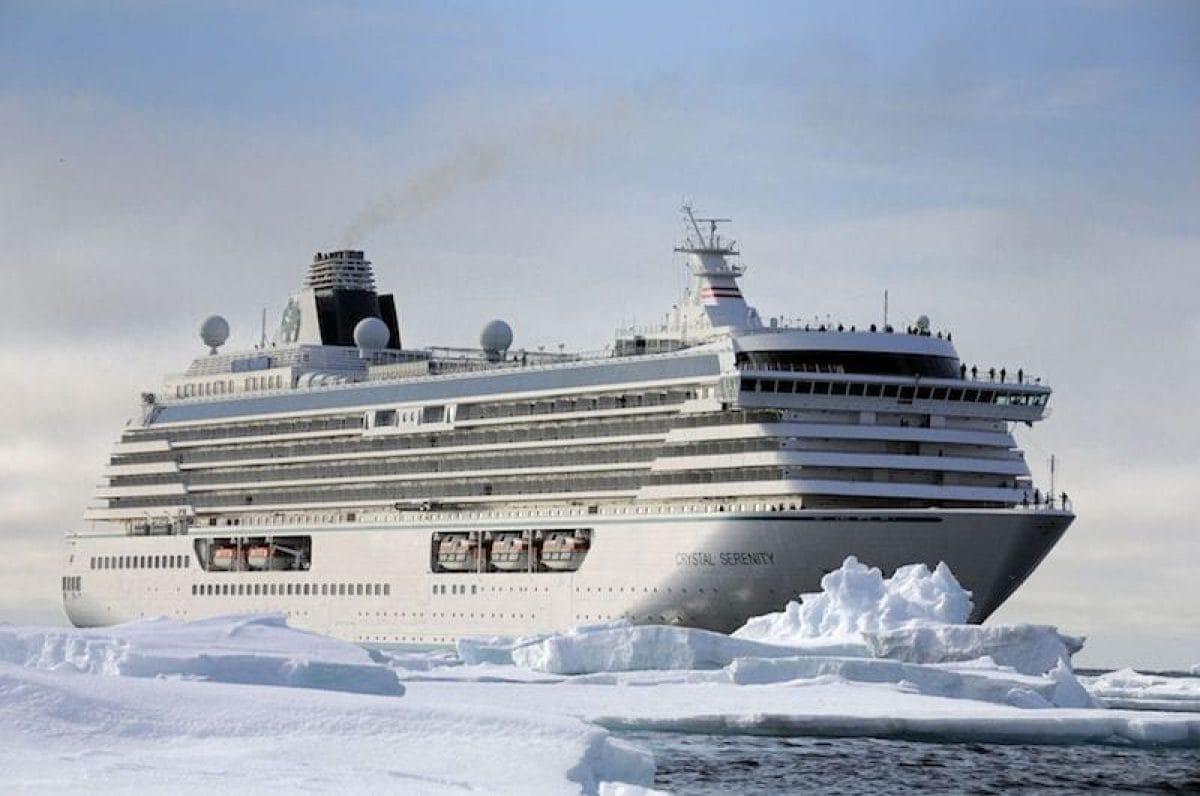 Die Crystal Serenity im Eis des Nord Kaps während der Nordwest Passage. / © Crystal Cruises