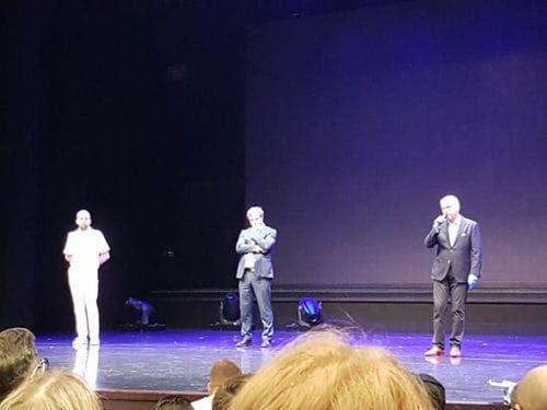 Dr. Knauer (Seachefs) und Ferdinand Strohmeier (TUI Cruises) auf der Theaterbühne am 28.04.2020 der Mein Schiff 3