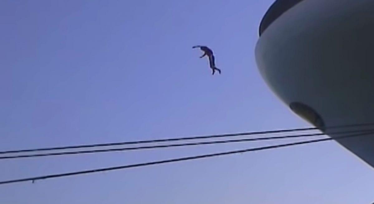 Junger Mann springt vom Bug der Star Princess ins Hafenbecken / © Youtube Video