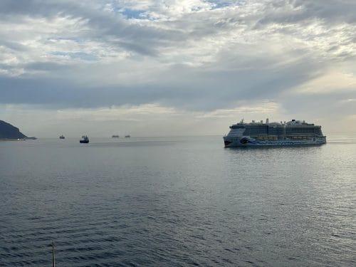 Zahlreiche Kreuzfahrtschiffe warten vor Teneriffa auf ihren Dienst