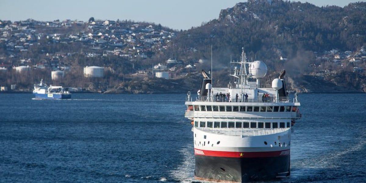 MS Spitsbergen nutzt ab sofort Landstrom in Bergen / © Hurtigruten