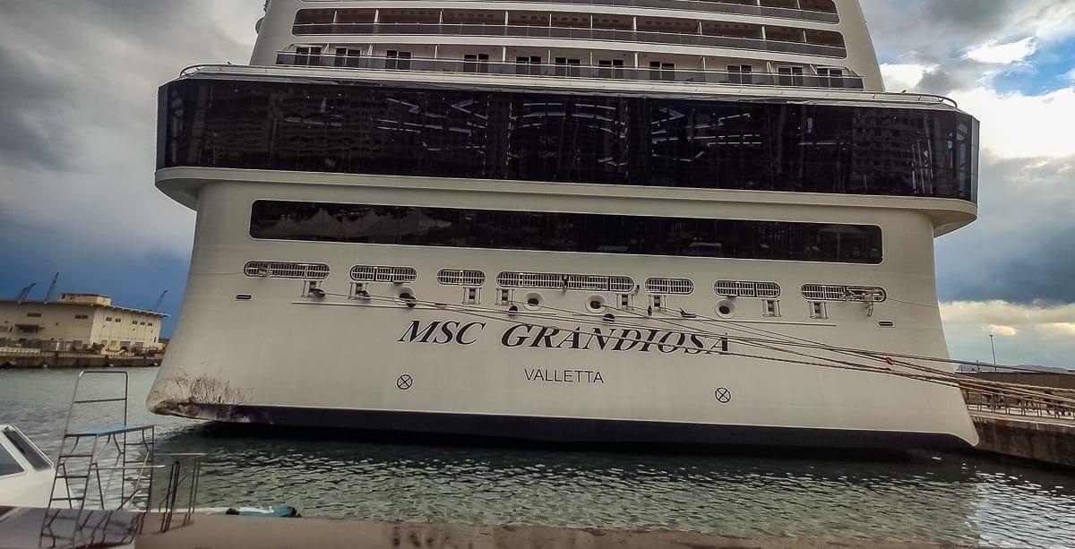 UNFALL: MSC Grandiosa rammte Pier in Palermo (Bilder & Video)