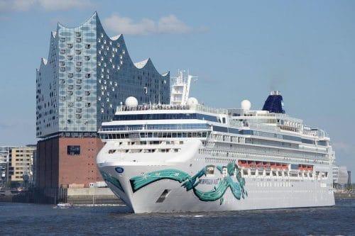 Norwegian Jade an der Elbphilharmonie in Hamburg / © Norwegian Cruise Line